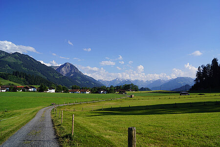 Berge und grüne Hügel gleich neben Ihrem Hotel, Gasthof, Ferienwohnung, Pension, Hotel Garni im Oberallgäu Kleinwalsertal.