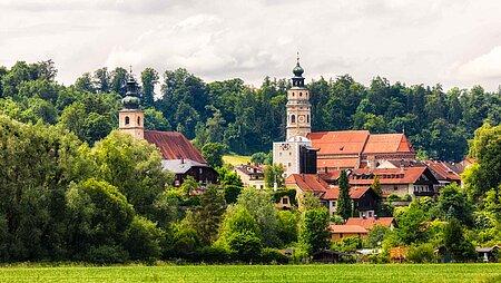 Ortsansicht der Kirche von Tittmoning in der Region Chiemsee