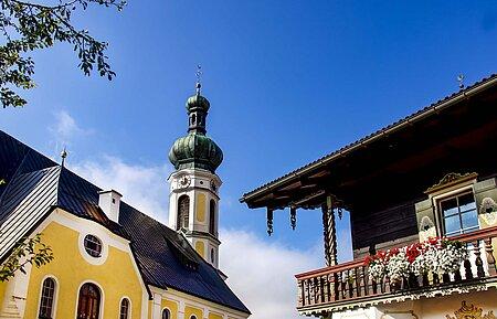 Blumenbalkon der St. Pankratius Kirche in Reit im Winkl in der Region Chiemsee
