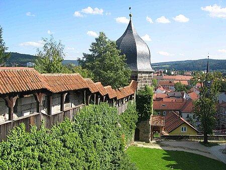Kronach Stadtansicht - begrünte Stadtmauer